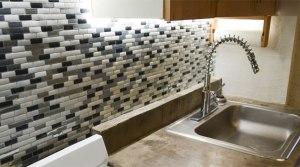 Кухонный фартук из плитки: преимущества и особенности монтажа